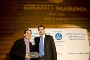 El ganador del primer premio, José Ramón Moreno, recibe el galardón del representante del Ayuntamiento de Barcelona, Roger Pallarols