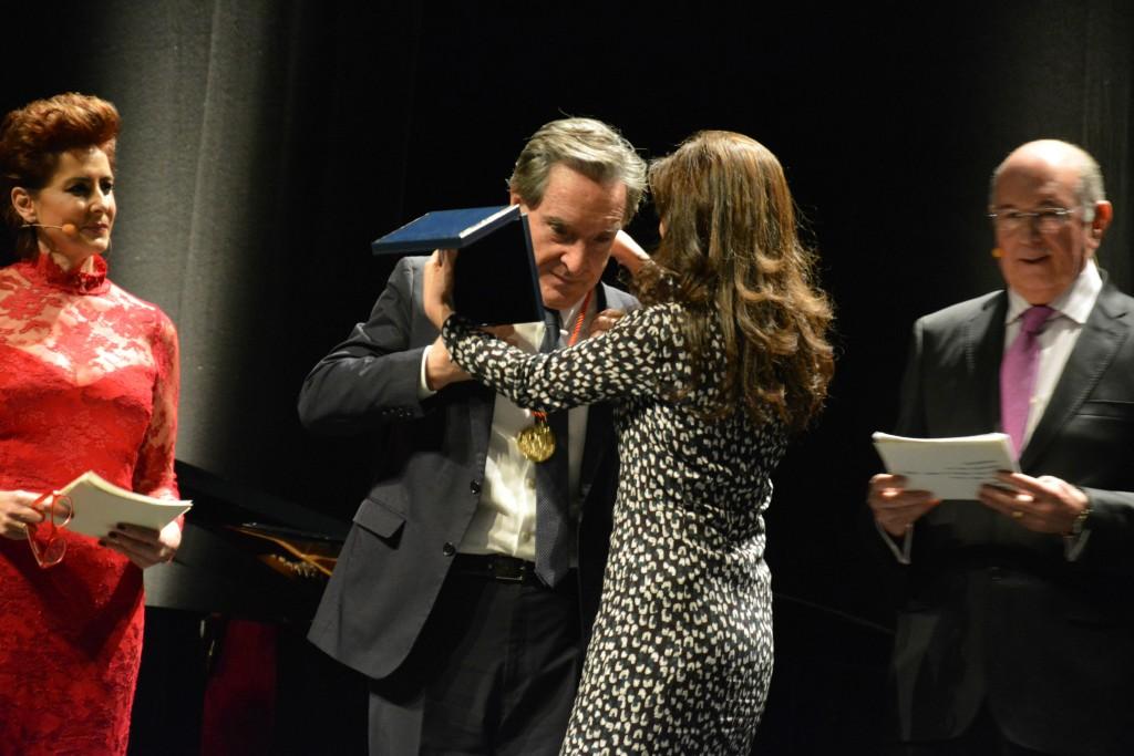 La directora del Eurostars i-Hotel Inmaculada García impone la Medalla de Oro a Iñaki Gabilondo./ Carlos Bernal