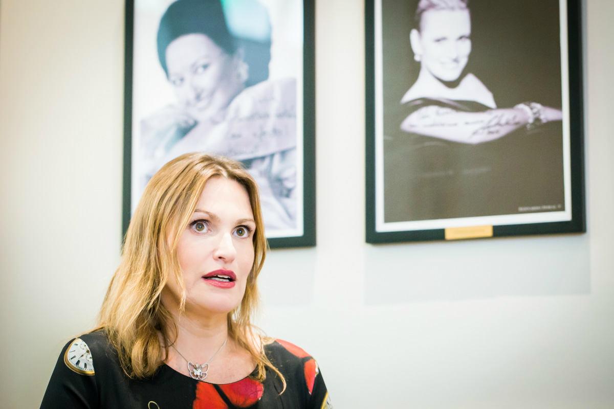 Ainhoa Arteta junto a su retrato en el Eurostars Casa de La Lírica 4* / AG