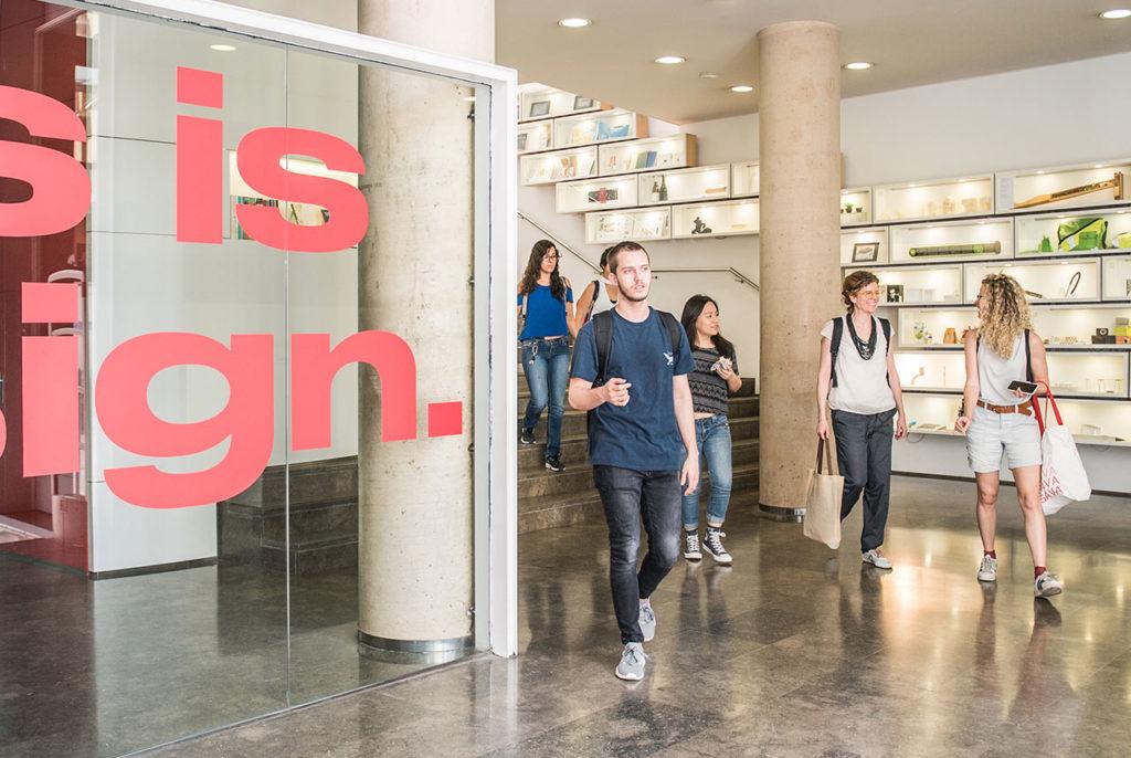 Alumnos del grado de diseño a la salida de Elisava